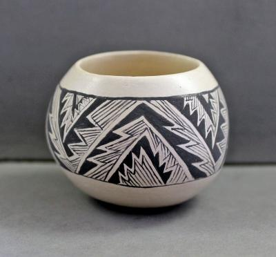 Small Mimbres Design Pot